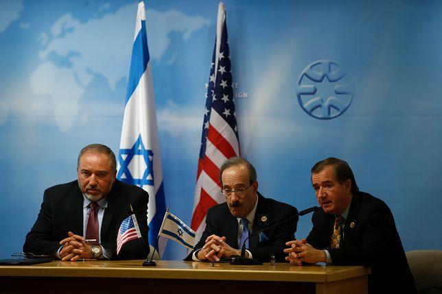 Od prawej: Kongresmeni Ed Royce i Eliot Engel podczas spotkania z ministrem obrony Izraela Awigdorem Liebermanem.