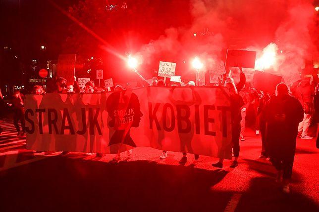 Strajk kobiet. Protesty na ulicach miast w całej Polsce (NA ŻYWO)