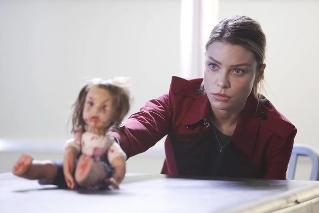 Lucyfer sezon 2, odcinek 2: Kłamczucha w krótkiej sukience (Liar, Liar, Slutty Dress on Fire)
