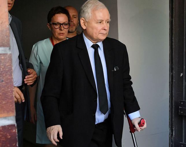 Prezes PiS Jarosław Kaczyński opuszcza Wojskowy Instytut Medyczny. Od roku odwleka konieczną operację kolana.