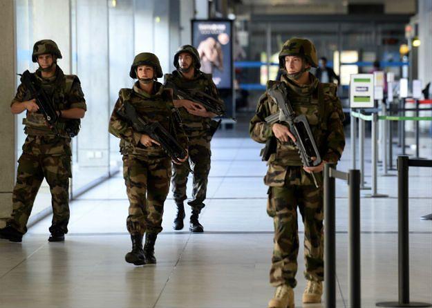 Żołnierze patrolujący port lotniczy Bordeaux-Merignac
