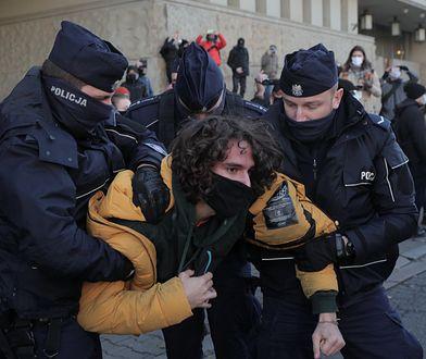 """Mama zatrzymanego przez policję 17-latka: """"Nasi znajomi pytali, czy te zdjęcia na pewno są z Polski"""""""