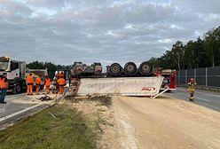 Wypadek na A1. Dachował TIR. Tony piasku na autostradzie, gigantyczne utrudnienia