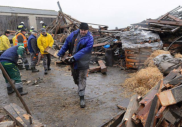 Brak prądu, zniszczone budynki po wichurze w Wielkopolsce