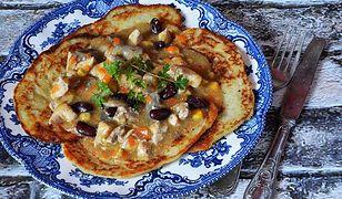 Gulasz drobiowy z plackami ziemniaczanymi. Sycący obiad dla rodziny
