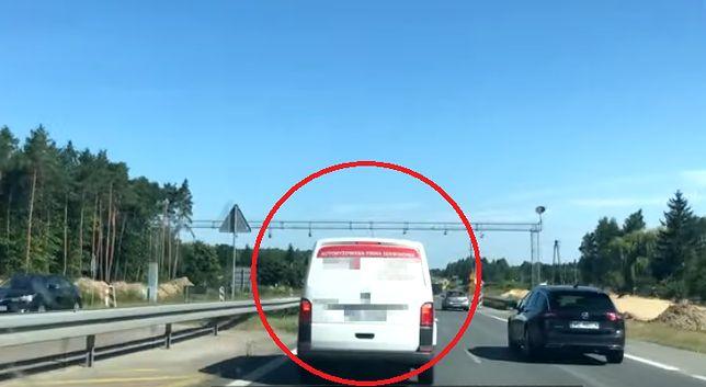 Karetka blokowana przez kierowców. Bulwersujące wideo