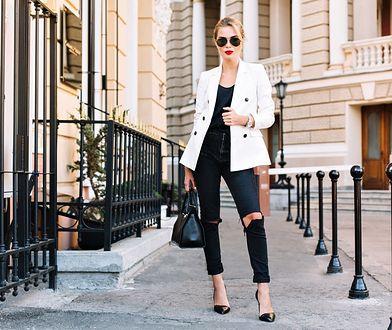Biały żakiet i jeansy z rozcięciami? Ten kontrastowy duet sprawdzi się świetnie