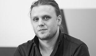 Piotr Woźniak-Starak został pochowany na terenie posiadłości rodzinnej w Fuledzie w gminie Giżycko