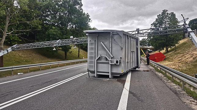 Ciężarówka przewróciła bramkę