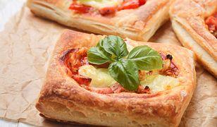 Przepis na ciasto z francuskie z pomidorami i mozzrellą
