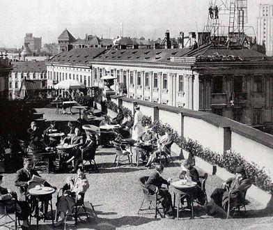 """""""Bar pod Słońcem"""" po ponad 100 latach wraca na dach domu braci Jabłkowskich"""