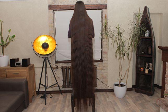 Kobieta z dwumetrowymi włosami.