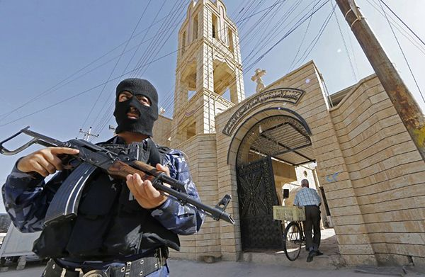 Funkcjonariusz sił bezpieczeństwa przed kościołem w Iraku