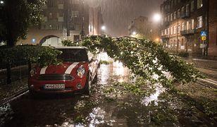 Burza zrywała dachy i łamała drzewa. Ale alertów przez SMS nie było