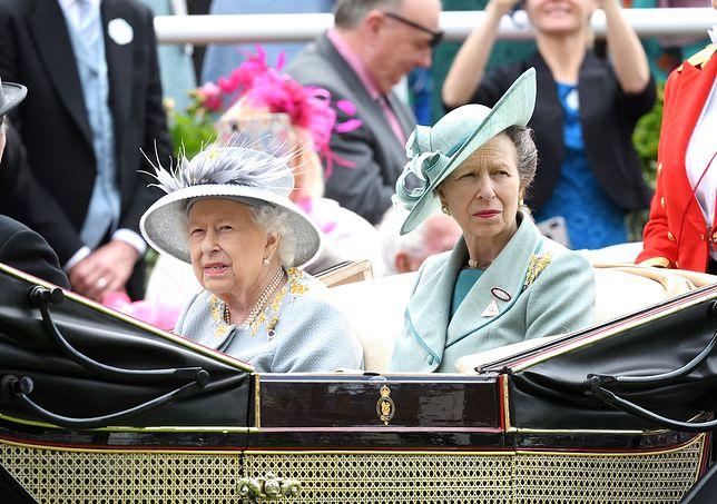 Królowa Elżbieta z córką, księżniczką Anną.