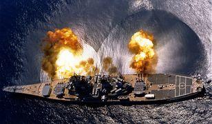 """USS """"Iowa"""" oddaje salwę burtową"""
