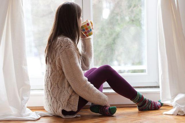 Podstawowym problemem przy zimnych oknach bywa nieszczelność między skrzydłem a ościeżnicą.