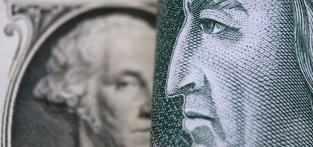 Złoty coraz bardziej umacnia się względem dolara.