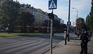 Sznur tramwajów stoi od placu Zawiszy w oczekiwaniu na przejazd pechowym skrzyżowaniem ul. Grójeckiej z Wawelską