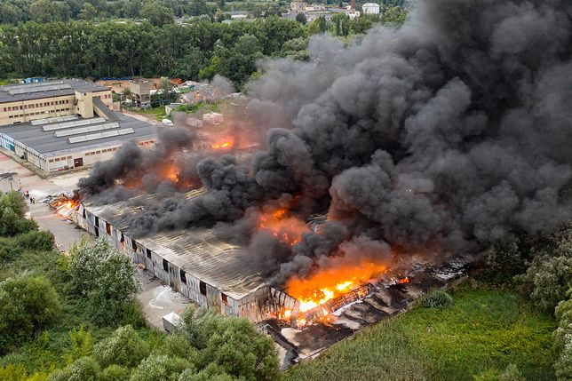 Konstancin-Jeziorna. Pożar hali magazynowej. Strażacy pracowali całą noc