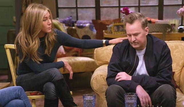 """""""Przyjaciele: spotkanie po latach"""" . Trudny moment dla Matthew Perry'ego. Na szczęście obok siedziała Jennifer Aniston."""