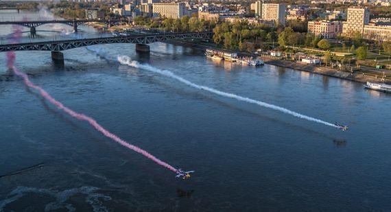 Niesamowite widowisko nad Wisłą. Samoloty przeleciały kilka metrów nad taflą wody