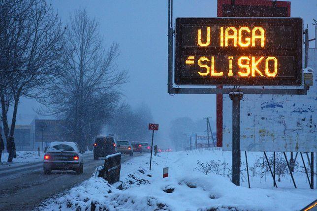 Policja prosi kierowców o dostosowanie prędkości do warunków pogodowych.