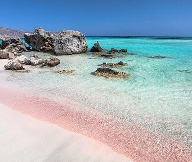 Czarne i różowe plaże w Europie. Dotrzesz na nie w kilka godzin