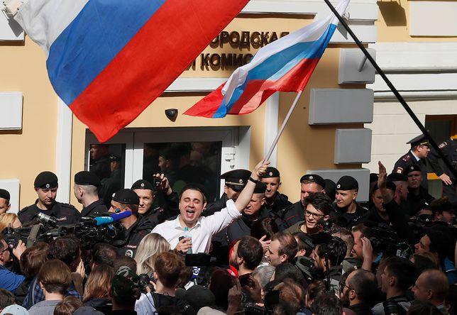 Iwan Żdanow (w białej koszuli) podczas demonstracji