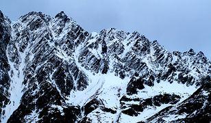 Zamieć śnieżna zmusiła 14 turystów, spędzili noc w Alpach na zewnątrz