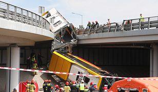 Most Grota. Autobus zawisł na S8
