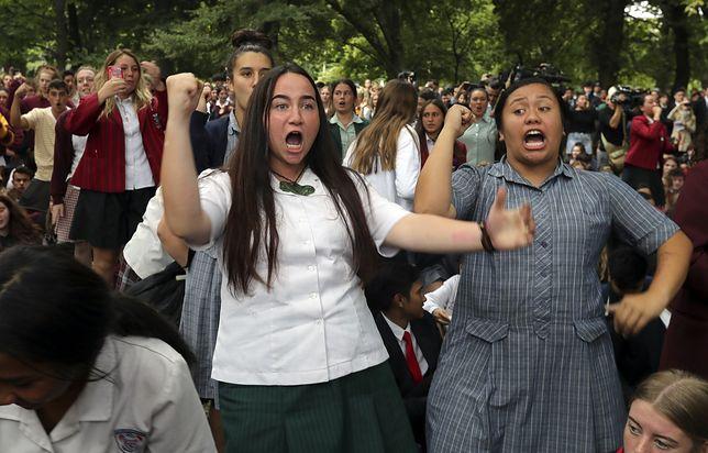 """Uczniowie w Nowej Zelandii tańczą tradycyjny taniec """"Haka"""" ku czci ofiar terrorysty"""