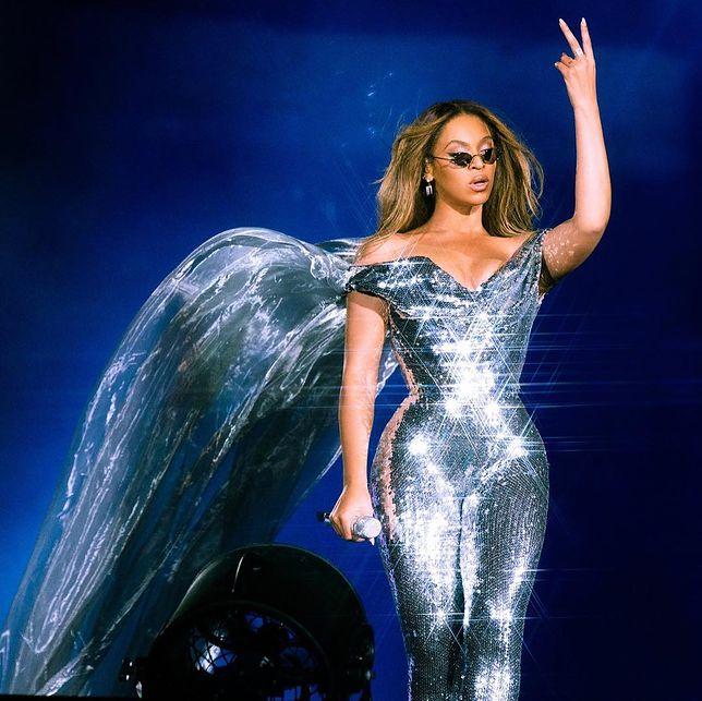 Beyonce cała w srebrze. Z tego kombinezonu chyba trudno się wydostać