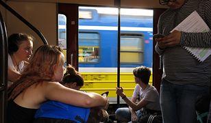 Podróż pociągiem oznacza czasem siedzenie na korytarzu