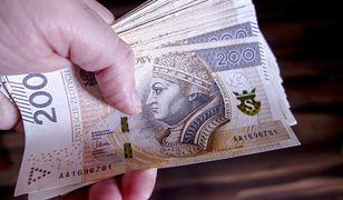 Obecnie średnia krajowa w Polsce wg GUS to 4886 zł brutto, czyli niecałe 3,5 tys. zł na rękę
