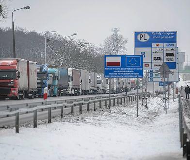 Kolejka tirów czeka na polsko - ukraińskim przejściu granicznym