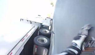 Motocyklista wpadł pod pędzącą ciężarówkę i wyszedł z tego niemal bez szwanku