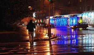 Szansa na odpowiednio wczesne dostrzeżenie pieszego, który jest ubrany na ciemno, na źle oświetlonym przejściu są bliskie zeru