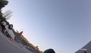 Motocyklista uderzony przewróconym autem. Takiego nagrania wypadku jeszcze nie było
