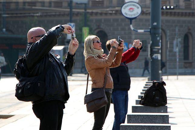 Lokalsi rozpoznają turystów nie tylko po aparatach