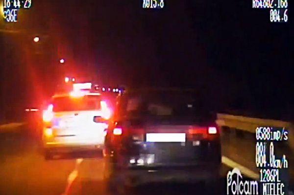 Szalony pościg za pijanym kierowcą. Policjanci musieli wybić szybę