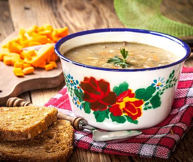 Żołnierze zajadają się nie tylko zupą