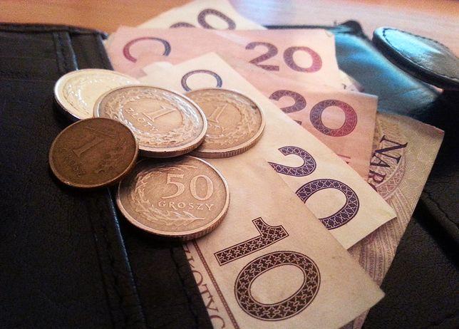 Aż 17,5 proc. zatrudnionych w Polsce zarabia co najwyżej połowę przeciętnego wynagrodzenia, czyli 2 173,38 zł brutto miesięcznie