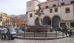 Plac z fontanną w Carini