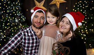 Maciek, Nina i Magda po raz pierwszy zdecydowali się na rodzinną sesję. To początek świątecznej tradycji.