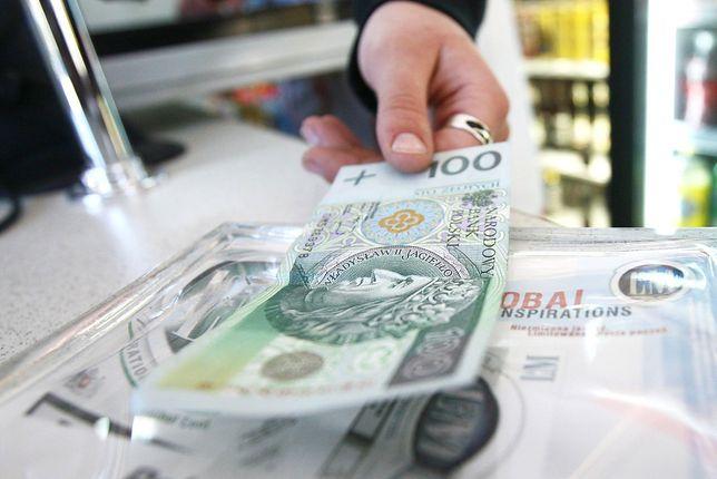 Płacić kartą czy gotówką? Ilu kupujących, tyle preferencji