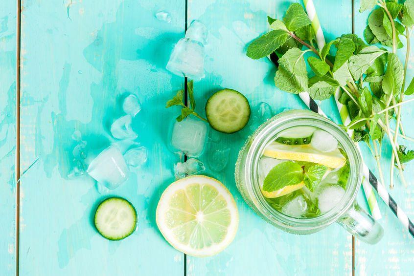 Woda z cytryny, ogórka i mięty