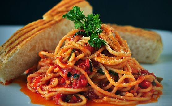 Lublisz eksperymentować w kuchni? Poznaj wariację na temat makaronu po bolońsku. Przygotujesz ją naprawdę szybko