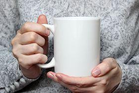 Drżą ci ręce? Przyczyną nie musi być niska temperatura. To może być objaw poważnej choroby