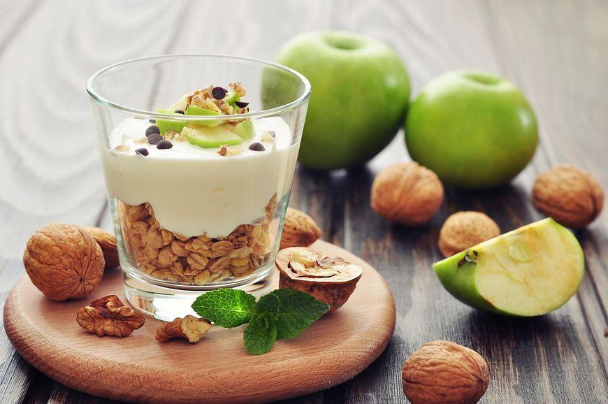 Jogurt grecki z jabłkiem i orzechami
